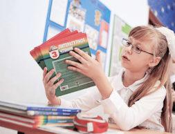 ITAR-TASS: YEKATERINBURG, RUSSIA. SEPTEMBER 1, 2012. A girl looking through books at the first lesson at school on Knowledge Day, the day when the school year traditionally starts in Russia. (Photo ITAR-TASS/ Anton Butsenko)  Ðîññèÿ. Åêàòåðèíáóðã. 4 ñåíòÿáðÿ. Ó÷åíèöà îäíîé èç øêîë ãîðîäà âî âðåìÿ ïåðâîãî óðîêà â Äåíü çíàíèé. Ôîòî ÈÒÀÐ-ÒÀÑÑ/ Àíòîí Áóöåíêî