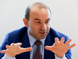 Основатель и акционер Евродона Вадим Ванеев дает интервью Рейтер в Москве 22 апреля 2016 года. REUTERS/Grigory Dukor