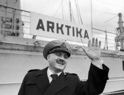 """USSR. Murmansk. Captain of """"Arctic"""" nuclear-powered ice-breaker Yuri Kuchiev. Photo TASS / Semyon Maisterman  Ìóðìàíñê. Êàïèòàí àòîìíîãî ëåäîêîëà «Àðêòèêà» Þðèé Êó÷èåâ. Ôîòî Ñåìåíà Ìàéñòåðìàíà /Ôîòîõðîíèêà ÒÀÑÑ/"""