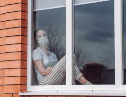 kwarantanna-domowa-kaukaska-kobieta-siedzaca-przy-oknie-w-masce-medycznej-patrzac-chce-wyjsc-ochrona-przed-zakazeniem-koronawirusem-113111-119_5e79f74c041f6