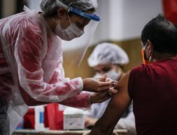 epa08357825 A nurse gives a vaccine against flu at a church in Buenos Aires, Argentina, 11 April 2020. Argentina has been in mandatory quarantine since 20 March and is now preparing for the extension of preventive and compulsory social isolation until 26 April, ordered by the Government.  EPA-EFE/Juan Ignacio Roncoroni
