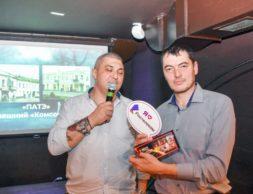 Сослан Плиев вручает приз очередному победителю игры