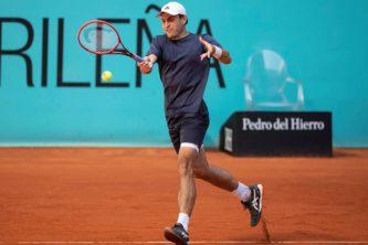 epa09178824 Aslan Karatsev of Russia in action against Diego Schwartzman of Argentina during their Mutua Madrid Open round of 32 match held in Madrid, Spain, 05 May 2021.  EPA-EFE/RODRIGO JIMENEZ